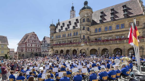 Konzert am Marktplatz Rothenburg o.d. Tauber- Ambassadors Orchester Zuschauer Rathaus Sommer Sonne voll ©Rothenburg Tourismus Service, W.Pfitzinger, RTS582