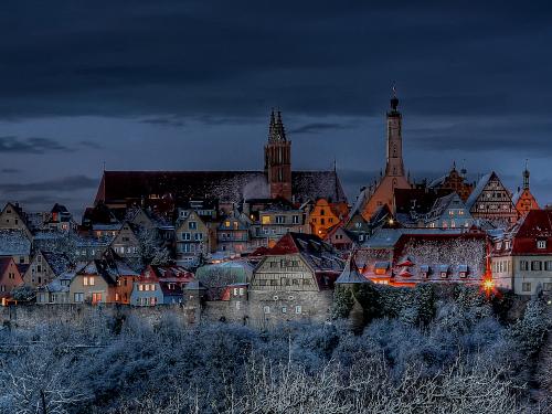 Altstadt Rothenburg o.d. Tauber- Skyline Stadtmauer nachts Beleuchtung Winter Schnee Türme ©Rothenburg Tourismus Service, W. Pfitzinger, Exkl. RTS226