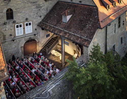 Toppler Theater Rothenburg o.d. Tauber- Publikum Innenhof Luftansicht Bühne Sonne Stadtmauer Kloster©Rothenburg Tourismus Service, W.Pfitzinger,RTS662