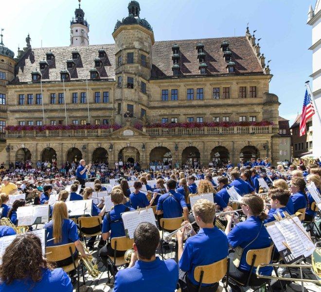 Auftritt der Ambassadors of Music: Blick auf das Rathaus