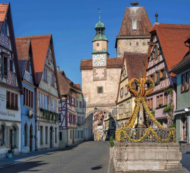 Osterschmuck am Röderbrunnen vor dem Markusturm