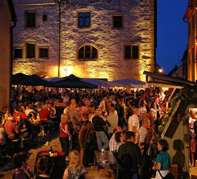 Das Weindorf ist der Treffpunkt in lauen Sommernächten.