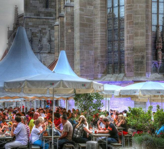 Stimmungsvoll illuminiert wird auch am Kirchplatz.