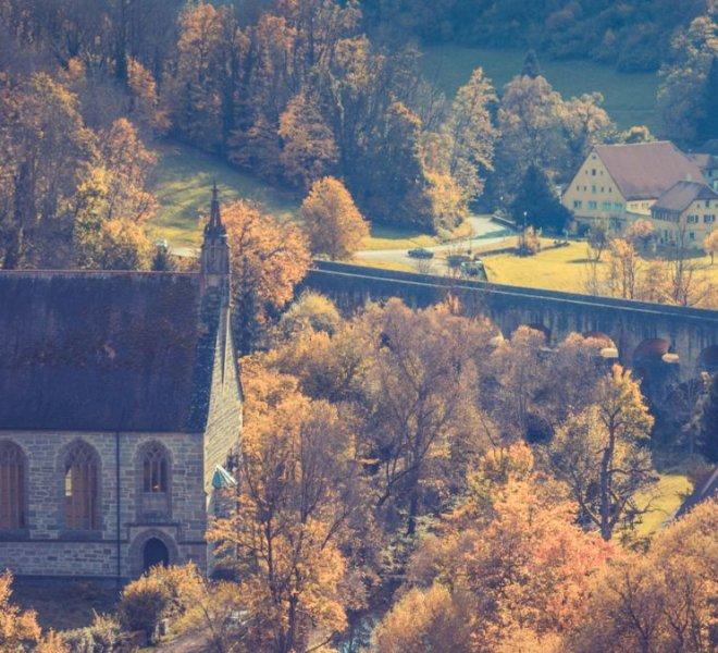 Ausblick auf die Kobolzeller Kirche und die Doppelbrücke