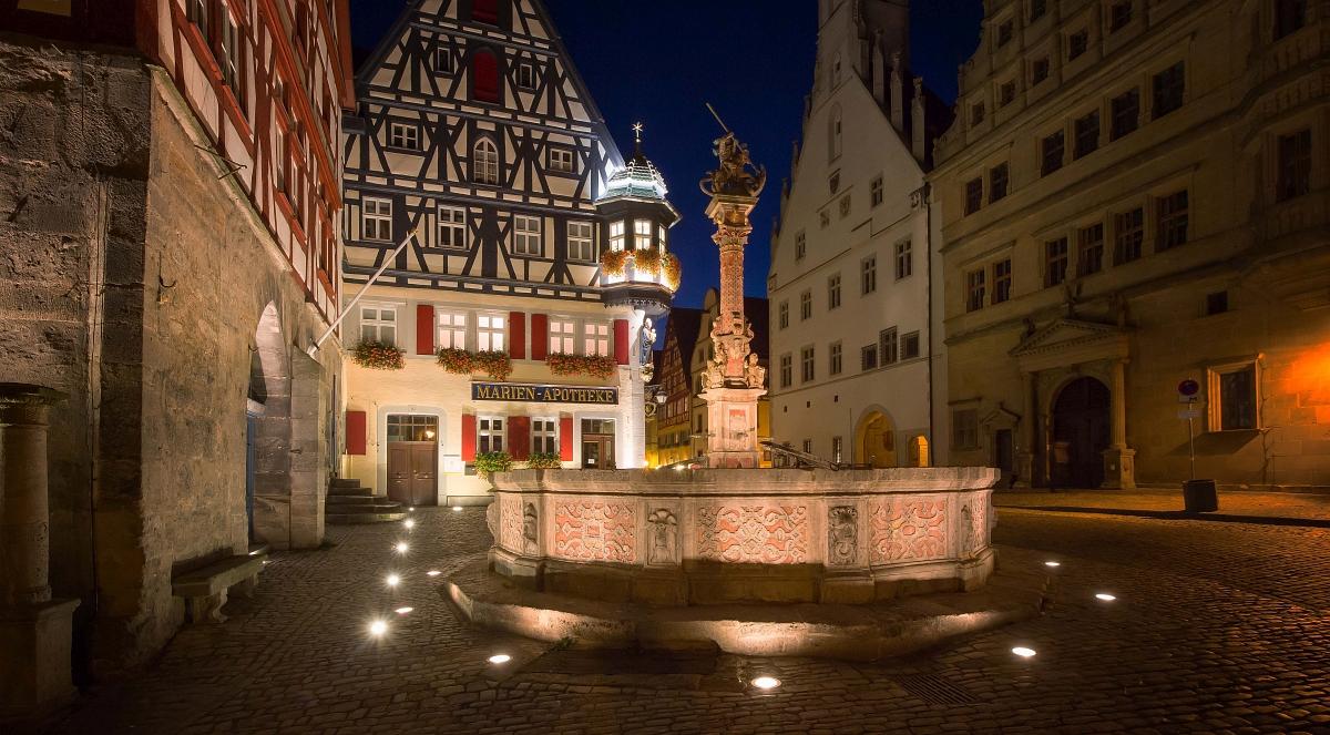Rothenburgs Marktplatzbrunnen bei Nacht