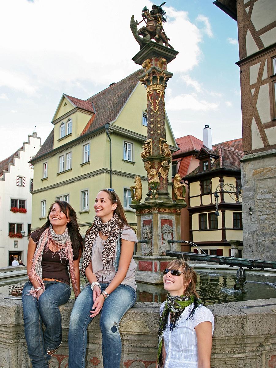 Besucher am Marktplatzbrunnen