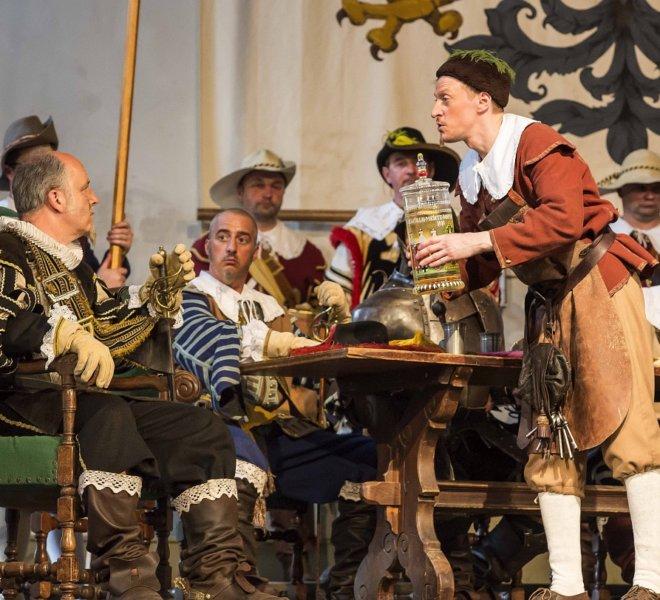 """Das Festspiel """"Der Meistertrunk"""" im Kaisersaal: Kellermeister und General Tilly"""