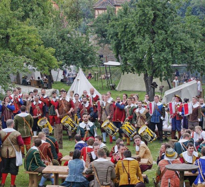 """Auf der Festwiese an Pfingsten beim Historischen Festspiel """"Der Meistetrunk"""""""