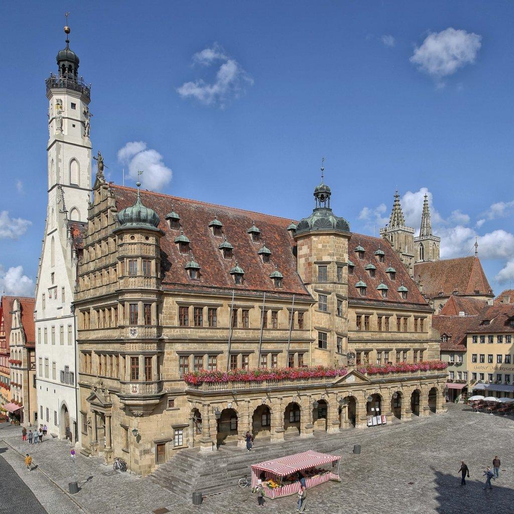 Blick auf das Rathaus in Rothenburg ob der Tauber