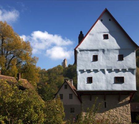 Blick aufs Topplerschloss im Taubertal - eines der vielen Besitztümer des berühmten Rothenburger Bürgermeisters