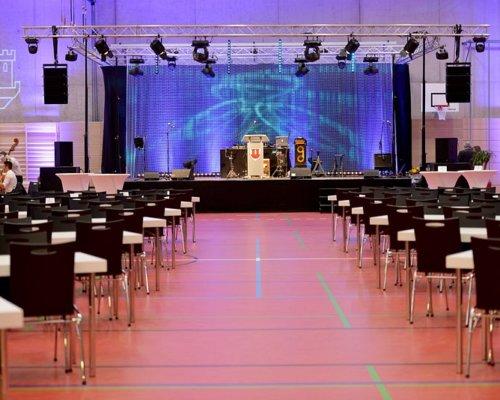 Die Veranstaltungsbühne in der Mehrzweckhalle