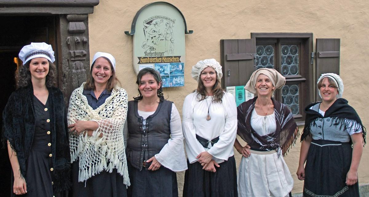 Rothenburger Gästeführerinnen schlüpfen abwechselnd in die Rolle der Walburga