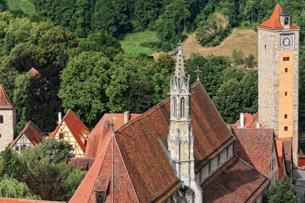 Blick auf die Franziskanerkirche in der Herrngasse von Rothenburg ob der Tauber
