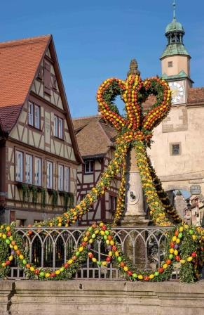 Brunnen Rödergasse in Rothenburg - Ostern - Pfitzinger